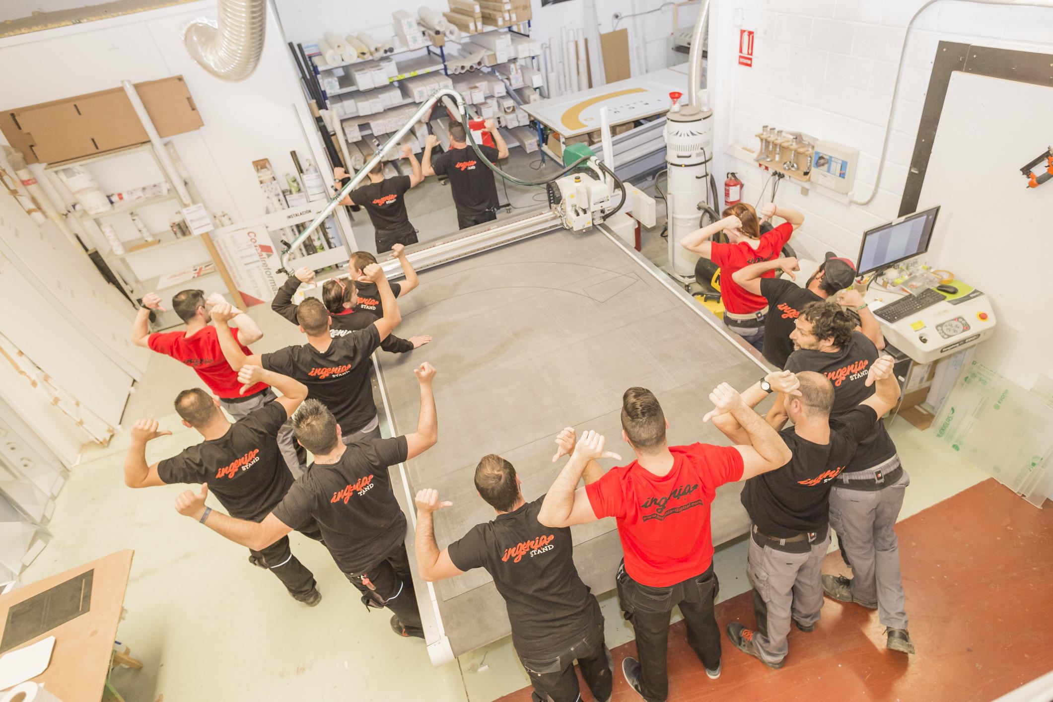 equipo de trabajo de Ingenia Stand en el taller